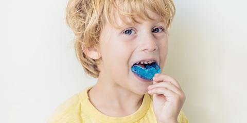 マイオブレイスを使用した子供の上顎前突(出っ歯)の早期治療